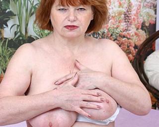 This mature slut gets cum on her tits
